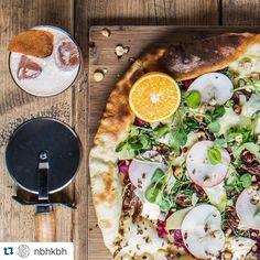 Er du til en anderledes #julefrokost? På @nbhkbh byder de på denne lækre julepizza med and mascarpone og ristede hasselnødder #cocktails #pizza #christmas #restaurant #kbh #foodie #foodlife #foodlove #foodstagram #instagram