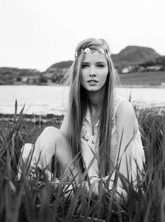 still more black and white photography. love how straight and flower child-y her hair is. Hippie Style, Boho Hippie, Hippie Masa, Hippie Chick, Modern Hippie, Hippie Peace, Bohemian Soul, Boho Girl, Gypsy Style