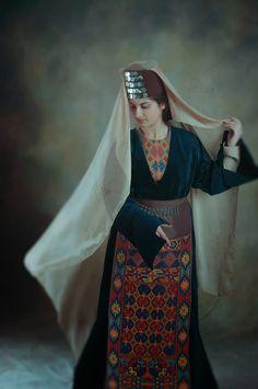 Taraz: Armenian Traditional Folk Clothing. Foto Atelier Marshalyan - Yerevan Armenia