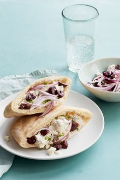 These Greek pita sandwiches are stuffed to the brim with rotisserie chicken and Kalamata olive relish.Coarsely grate the cucumber on the large holes of a box grater. Place the cucumber in a colander, … Salat Sandwich, Pita Sandwiches, Easy Healthy Dinners, Easy Dinner Recipes, Dinner Ideas, Picnic Ideas, Weeknight Dinners, Easy Dinners, Lunch Ideas