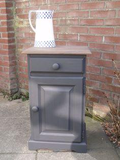 (Verkocht)Eenvoudig grenen kastje gerestyled naar stoer, landelijk nachtkastje. Kleur onderstel graphit, bovenblad gebeitst met kleur oude eik. Exacte maten h62xb38xd30