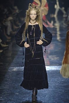 Jean Paul Gaultier Parigi - Haute Couture Fall Winter - Shows - Vogue. Dark Fashion, 90s Fashion, Couture Fashion, Fashion Art, High Fashion, Fashion Show, Dress Picture, Feminine Style, Feminine Fashion