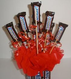 Looking for awesome homemade birthday gifts? This DIY Snickers Candy Bouquet makes a great birthday gift for boyfriend or husband. Homemade Birthday Gifts, Birthday Gifts For Husband, Candy Gift Baskets, Candy Gifts, Unique Gifts For Men, Gifts For Him, Birthday Candy, Diy Birthday, Candy Bar Bouquet