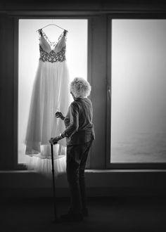 Свадебный фотограф Carlos Medina (carlosmedina) отлично пойманный момент. Возможно постановка. Скорее всего Бабушка невесты. Смотря на платье она вспоминает как сама надевала платье, в кадре есть история и мысль. Контровой свет и боковой