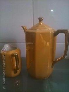 Jarra de leche y de café, de juego de café, en porcelana dura esmaltada.