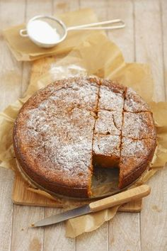 La torta carote e cioccolato è una variante ricca del classica torta di carote: occorrono cioccolato bianco e farina di mandorle.