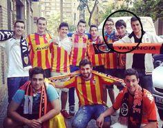 Carlos Soler, antes de llegar al primer equipo, con amigos valencianistas.