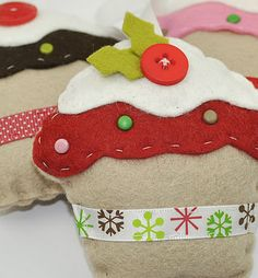 Sew precious cupcakes with this Christmas sewing project. These cupcakes from Sew Sweet are such precious Christmas crafts. - DIY and Crafts Christmas Sewing Projects, Felt Crafts, Holiday Crafts, Felt Christmas Ornaments, Handmade Christmas, Christmas Decorations, Cupcake Decorations, Christmas Cupcakes, Christmas Makes