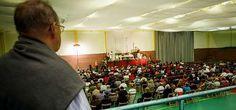 El altar y los confesionarios de A Barca ocupan el polideportivo Centenares de fieles se dieron cita en el primer día de la novena J. V. Lado cee / la voz  05 de septiembre de 2014  05:10/Los files llenaron el polideportivo, especialmente en la misa de la tarde, en la que se dieron cita alrededor de 500 personas. Xesús Búa