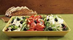 Kreikkalainen salaatti on klassikko, joka on monen ruokailijan mieleen. Raikas salaatti sopii alkuruoaksi tai kevyeksi lounaaksi. Sushi, Grains, Good Food, Rice, Meat, Chicken, Ethnic Recipes, Seeds, Healthy Food