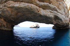 Excursión por la costa de #Ibiza en lancha, visita cuevas y disfruta con propulsores de agua en el mar #ibicenco con www.gaytoursibiza.com #ibizagay #gayibiza