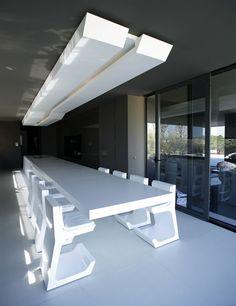 Techo complementado por un ornamento en pladur, con hendidura central de luz foseada de iluminación indirecta. A-CERO
