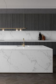 Best kitchen worktops: kitchen with dark cabinets and white marble effect quartz worktops and kitchen islands by caesarstone Best Kitchen Worktops, Laminate Kitchen Worktops, Stools For Kitchen Island, Kitchen Islands, Countertop Backsplash, White Cupboards, Dark Kitchen Cabinets, Kitchen Surface, Future House