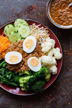 Het ultieme gado gado recept inclusief killer saté saus - Dinner last night was this delicious gado gado bowl or at least a version of it. Peanut Sauce Recipe, Sauce Recipes, Cooking Recipes, Gado Gado Recipe, Asian Recipes, Healthy Recipes, Indonesian Cuisine, Indonesian Recipes, Indonesian Food Traditional