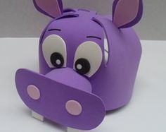 "Chapéu em E.V.A. "" Hipopótamo "" Foam Crafts, Diy And Crafts, Arts And Crafts, Hippo Costume, Class Decoration, Kindergarten Art, Mask For Kids, Party Hats, Piggy Bank"