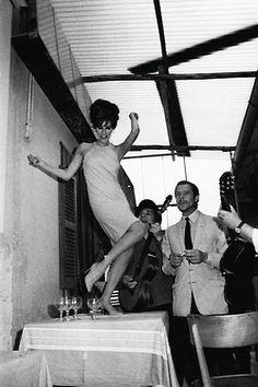 gjvdbent: Raquel Welch y Marcello Mastroianni en el set de la película Spara forte, più forte, non capisco 1966. Foto de Marcello Geppetti