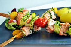 Pełny talerz: Kolorowe szaszłyki z łososia i pomidorków z cukiniową falą