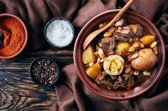 Rosh Hashaná por Andrea Kaufmann | A chef explica o significado dos alimentos do Rosh Hashaná e dá receitas especiais para a ocasião. #cozinhajudaica #roshhashana #chala #challah #gefiltefish #tzimmes #kneidlach #receitasroshhashana #compotadefrutas #roundchallah #chalaredonda #applepie #applecake #roshrashanareceitas #roshhashanahrecipes #roshhashanahdishes #jewishrecipes Roasted Potatoes, Couscous, Jewish Recipes, Sweet Life, Healthy Recipes, Healthy Foods, Pot Roast, Stew, Ideas
