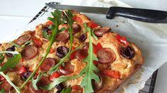 Virslis lepény diétásan, zabos túrós tésztából! Szuper vendégváró vagy bulikaja, kicsit hasonlít  a diétás pizzához, csak itt a feltét a tésztában benne van!