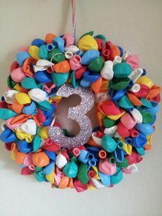 Ooit maar eens maken en met verjaardagen op de achterdeur hangen. Diy For Kids, Crafts For Kids, Arts And Crafts, Diy Crafts, Balloon Decorations, Diy Projects To Try, Diy Party, 4th Of July Wreath, Party Time