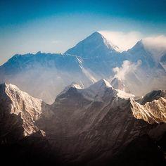 Mount Everest - el mago habia crecido viendo las montañas. eran para el parte de su familia, una familia eterna e inmemorial, que estuvo mucho antes que el, y seguiría aun años despues. esas montañas, como padres rigurosos, le habian enseñado muchisimo. sabia leerlas, sabia escucharlas.