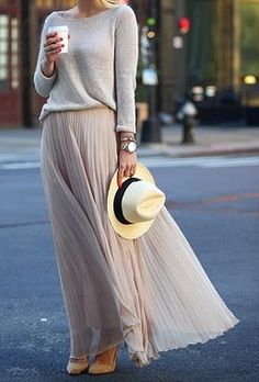 I LOOOVE this outfit! The grey sweater and pleated maxi skirt are soo VERY chic… Ich liebe dieses Outfit! Der graue Pullover und der plissierte Maxirock sind so sehr schick … Looks Street Style, Looks Style, Look Fashion, Autumn Fashion, Street Fashion, Fashion Check, Trendy Fashion, Woman Fashion, Net Fashion