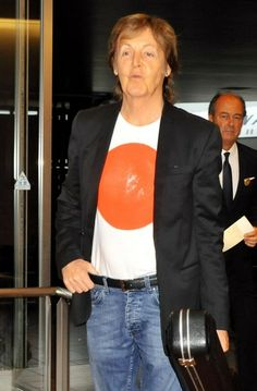 Photo de l'arrivée de #paulmccartney au Japon pour la tournée #outthere . Plus d'information : http://www.yellow-sub.fr/paul-mccartney/paul-mccartney-sur-scene/out-there-tournee-2014