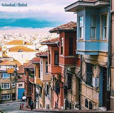 這ㄧ整排階梯式的老建築物是伊斯坦布爾巴拉特區的特色。 ©ahmet.erdem