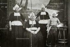 Maretje Schilder (Marie Kil) 1869-1944 met drie van haar dochters.  Gehuwd met Cornelis Pooijer (Kees van de Knar), visser 1867-1950. #NoordHolland #Volendam