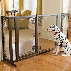 Divisória de luxo com portão para delimitar o espaço de cães no ambiente