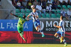 """Mas o resultado das mudanças e da aposta num esquema táctico montado num 4x4x2 (que tinha dado boas indicações no jogo frente ao Vitória de Guimarães) foi invisível.  Durante toda a primeira parte, o FC Porto foi lento e revelou uma enorme dificuldade em criar perigo junto da baliza do Tondela, apesar de ter André Silva e Depoitre na frente de ataque. Foram 45 minutos desperdiçados nos quais, apesar de defrontar uma equipa """"de outro campeonato"""", fez apenas dois remates à baliza adversária (o…"""