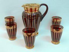 Alte Glaskaraffe mit 5 Gläser Rotbraunes Glas mit Golddecor unbeschädigt ohne Abrieb von der Goldauflage Größe: Karaffe 21 cm, Becher 10,5 cm $50.00