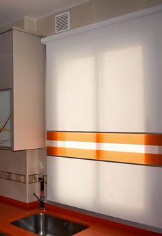 Enrollable screem con aplicaciones en el color de los complementos  La mejor elección para una cocina por su fácil limpieza.Voccara