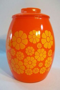 Vintage Retro Bartlett Collins Daisy Flower Yellow Orange Art Glass Cookie Jar This would kinda look good in my kitchen.Not big on yellow and orange but I have those plus hot pink,purple and lime green too Vintage Kitchenware, Vintage Dishes, Vintage Glassware, Antique Dishes, Looks Vintage, Retro Vintage, Vintage Stuff, Vintage Cookies, Vintage Cookie Jars