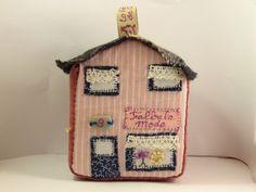 Jouet ou déco : Petite maison cosy n°9 en patchwork de textiles et broderies: la boutique de mode. : Jeux, jouets par la-fabrique-de-cadot