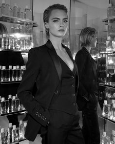 Cara Delevingne per il brand Burberry Estilo Tomboy, Lesbian Outfits, Androgynous Fashion, Mannequins, Look Fashion, Suits For Women, Pretty Woman, Pretty People, Short Hair Styles