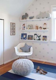 Chambre bébé bibliothèque étagères murales et déco grise
