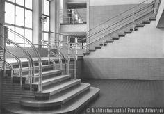 Antwerpen (Deurne), Frank Craeybeckxlaan, Koninklijk Atheneum (1936-1941). CVO Antwerpen geeft in dit gebouw 's avonds les. Dit is de mooie strakke trapzaal. Ontwerp van architect Edward Van Steenbergen.