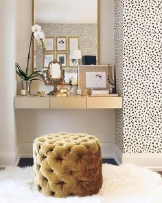 Hello beauty lovers from all over the globe. How fxcking fantastic is this vanity set up? Who says you need a whole room for your glow up space? Work your vanity area into your existing space, like they've done here using a wall mounted unit in an alcove!! ✨✨ . . . And don't even get me started on that gorgeous Dalmatian print wallpaper, (which by the way I am considering for my home office space). . . . I am thinking of doing a vanity room/ space inspo post on the blog. Should I do it?