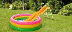 """Unser Tipp für heiße Sommertage: Verwandelt eure Kunststoff-Rutsche in eine Wasserrutsche. Stellt einfach den Rutschenauslauf in ein Planschbecken und befestigt einen Gartenschlauch am Einstieg der Rutsche. Dann heißt es nur noch """"Wasser marsch"""" und schon habt ihr euren eigenen Freibad-Spaß. #OBI #Garten #Spielideen"""