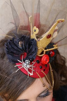 to ] Great to own a Ray-Ban sunglasses as summer gift.Queen of Hearts fascinator. via Etsy. Queen Of Hearts Makeup, Queen Of Hearts Costume, Red Queen Costume, Mad Hatter Party, Mad Hatter Tea, Mad Hatters, Alice In Wonderland Birthday, Alice In Wonderland Tea Party, Lizzie Hearts