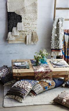 Уютный домашний уголок с гобеленами и подушками ручной работы с которого веет скандинавской атмосферой