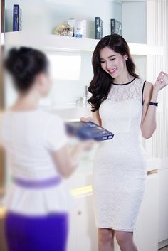 Đầm Hoa Hậu Thu Thảo Ren Trắng Viền Màu Tuyệt Đẹp