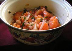 Egyiptomi paradicsom saláta   Hozzávalók 2 személyre      1 db mogyoróhagyma, meghámozva     1 gerezd fokhagyma, meghámozva     4 evőkanál olívaolaj     ízlés szerint só     ízlés szerint bors     5 db közepes paradicsom, (összesen kb. 750 g,)     1 jó csavarintásnyi citromlé     1 marék frissen aprított turbolya, ennek hiányában lehet metélőhagyma Nigella Lawson, Recipe Boards, Home Remedies, Low Carb Recipes, Salsa, Diet, Ethnic Recipes, Food, Low Carb