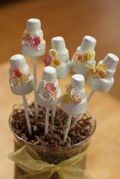 Cake-pops en forma de mini-tartas de boda. ¡Un bocado irresistible!