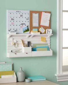Haz que tu pared de tu espacio tenga todo: caledario, corcho, organizador de correo y otro e utensilios.