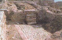 El castillo de Calanda fue fundado por musulmanes y ocupado en 1169 por Alfonso II. Perteneció al linaje de los Alagón hasta que a finales del s. XIII se lo cambian a la Orden de Calatrava por otras posesiones, estando vinculado a esta orden hasta la abolición de los señoríos