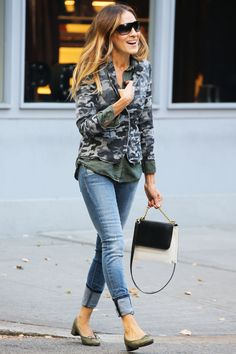 Sarah Jessica Parker street style//Trend or not.look at her shoes.el que sabe sabe! Sarah Jessica Parker, Denim Fashion, Look Fashion, Fashion Tips, 90s Fashion, Fashion Beauty, Vintage Fashion, Party Outfits For Women, Casual Outfits