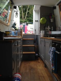 Is it really possible to live on a houseboat?different types of houseboats that are commonly used as fulltime dwellings of vacation homes. Narrowboat Kitchen, Narrowboat Interiors, Canal Boat Interior, Canal Barge, Dutch Barge, Houseboat Living, Floating House, Tiny House Movement, Water Crafts