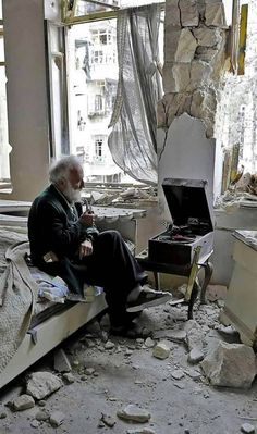 "miradademujer: "" Aleppo , Siria No words ……😶 "" Syria Before And After, Foto Face, Syria Flag, Aleppo, People Of The World, Old Men, Listening To Music, Churchill, High Quality Images"